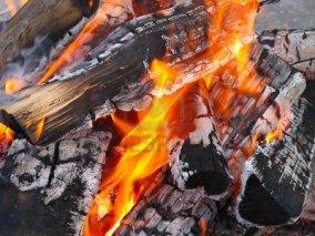 10024043-het-stoken-van-hout-op-de-barbecue